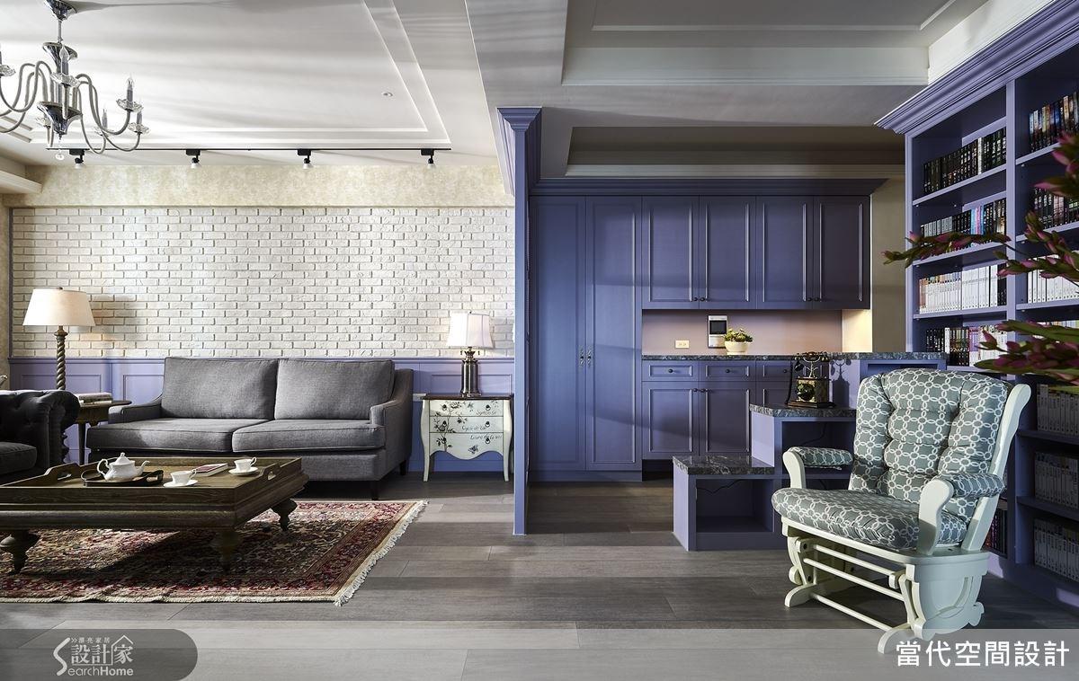 以一道隔屏界定客廳與玄關區域,讓空間的層次感更加分明。