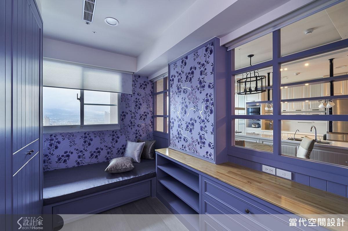 更衣室兼客房區域同樣以浪漫的紫色為主題,搭配花色典雅的壁紙展現美感。矮櫃上方的端景背面其實是餐廳的展示收納櫃,從不同的角度觀看各有特色。