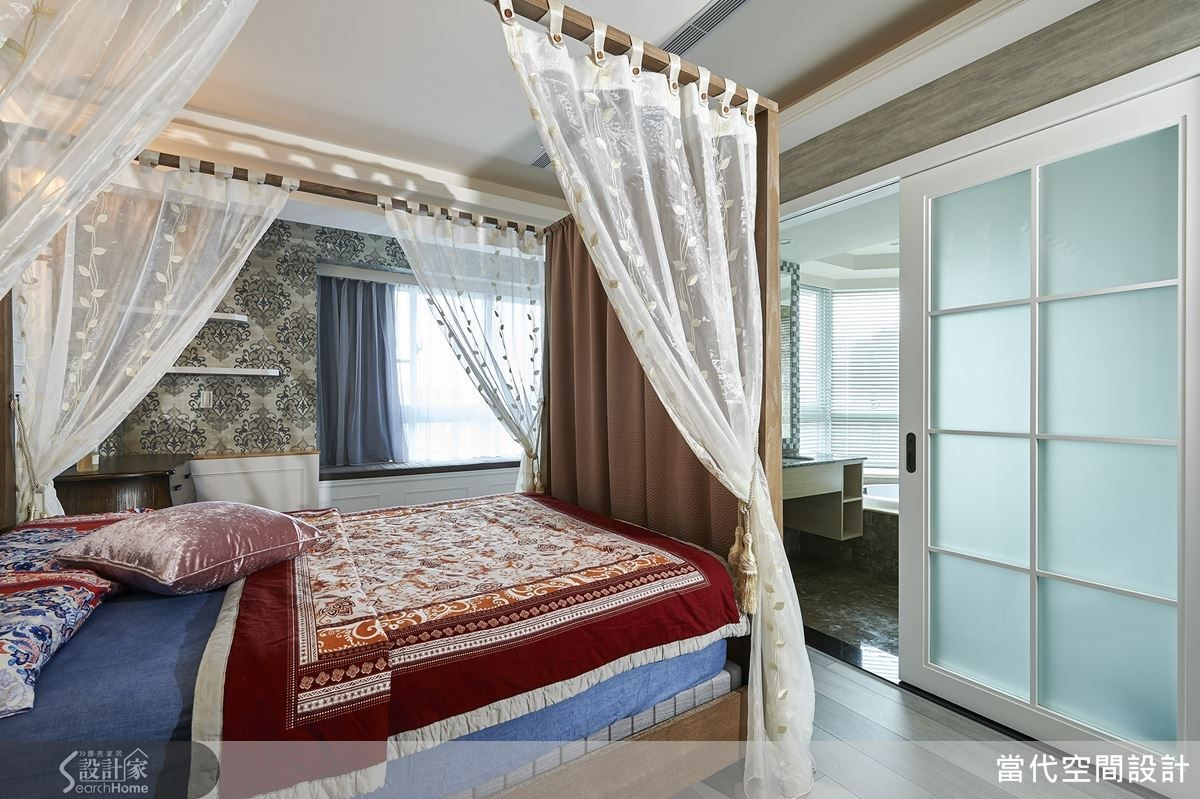運用床柱掛上具有遮蔽效果的簾幔,藉此化解床腳正對主臥衛浴的風水問題。