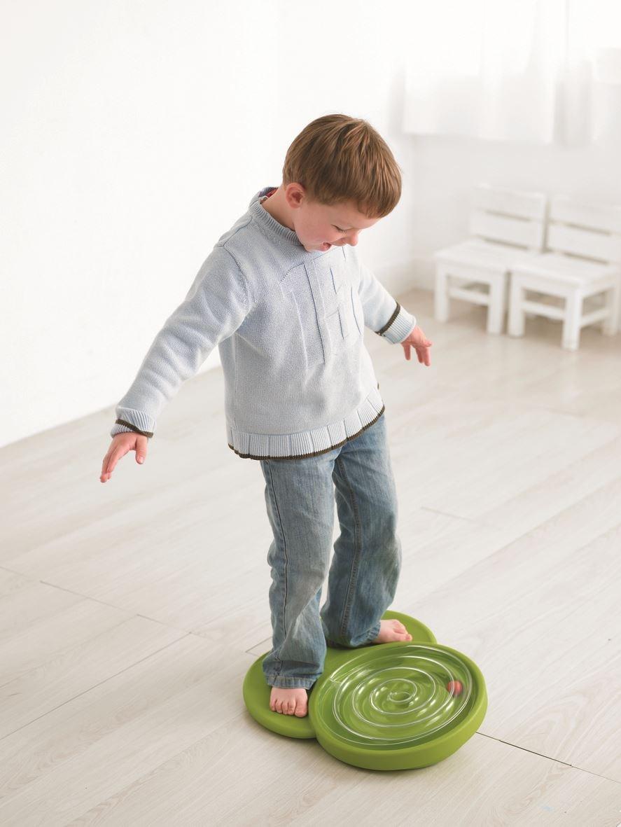 【動能平衡板】球盤路徑的轉動帶動孩子動作的協調感與平衡感,在遊戲中建構孩子的順序感,並加強身體的動作協調感與平衡感。