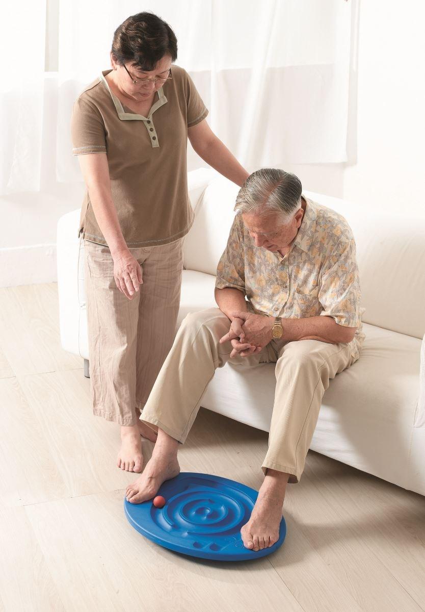 【蝸牛平衡板】銀髮族可以坐在椅子上,用腳左右踩踏,讓球運轉,增進腰部與腿部的運動與活化!