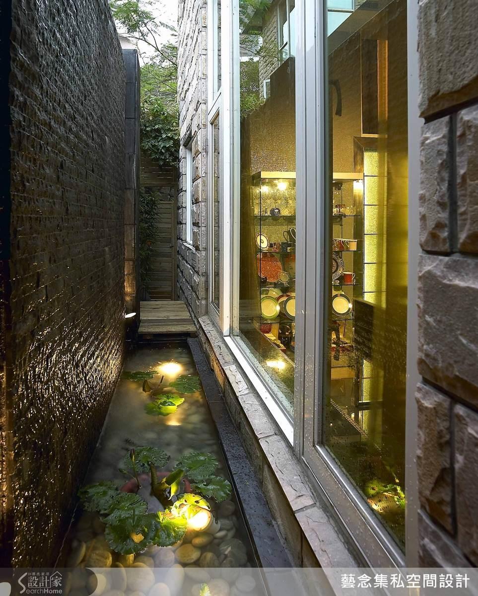設計師善用這塊屋外空間,加入流水牆與水景的設計,用餐之餘也能欣賞景色。