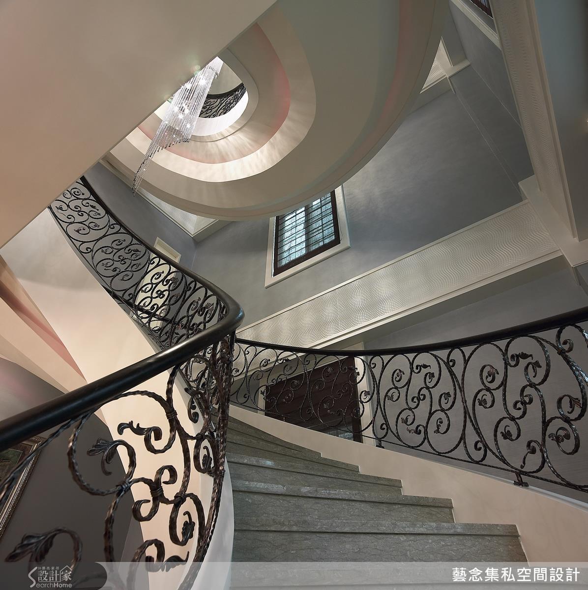 在樓梯結合 LED 燈的設計,點綴一些紅色光源在下方,在黑夜中達到引導的功能,將設計藏於細節中。