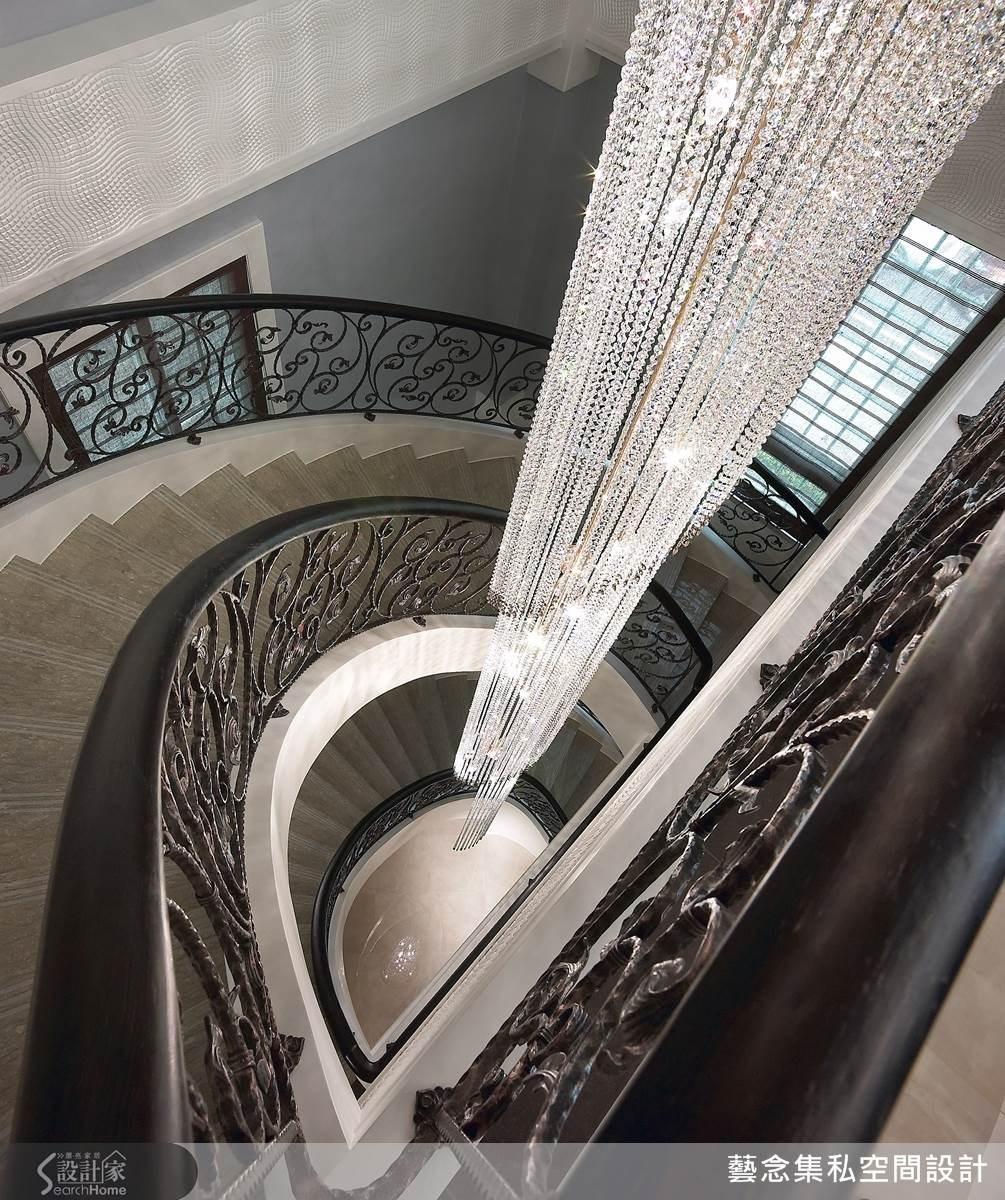 像是在上方採用垂吊式燈具由挑高空間而下,達成線條勾勒的和諧。