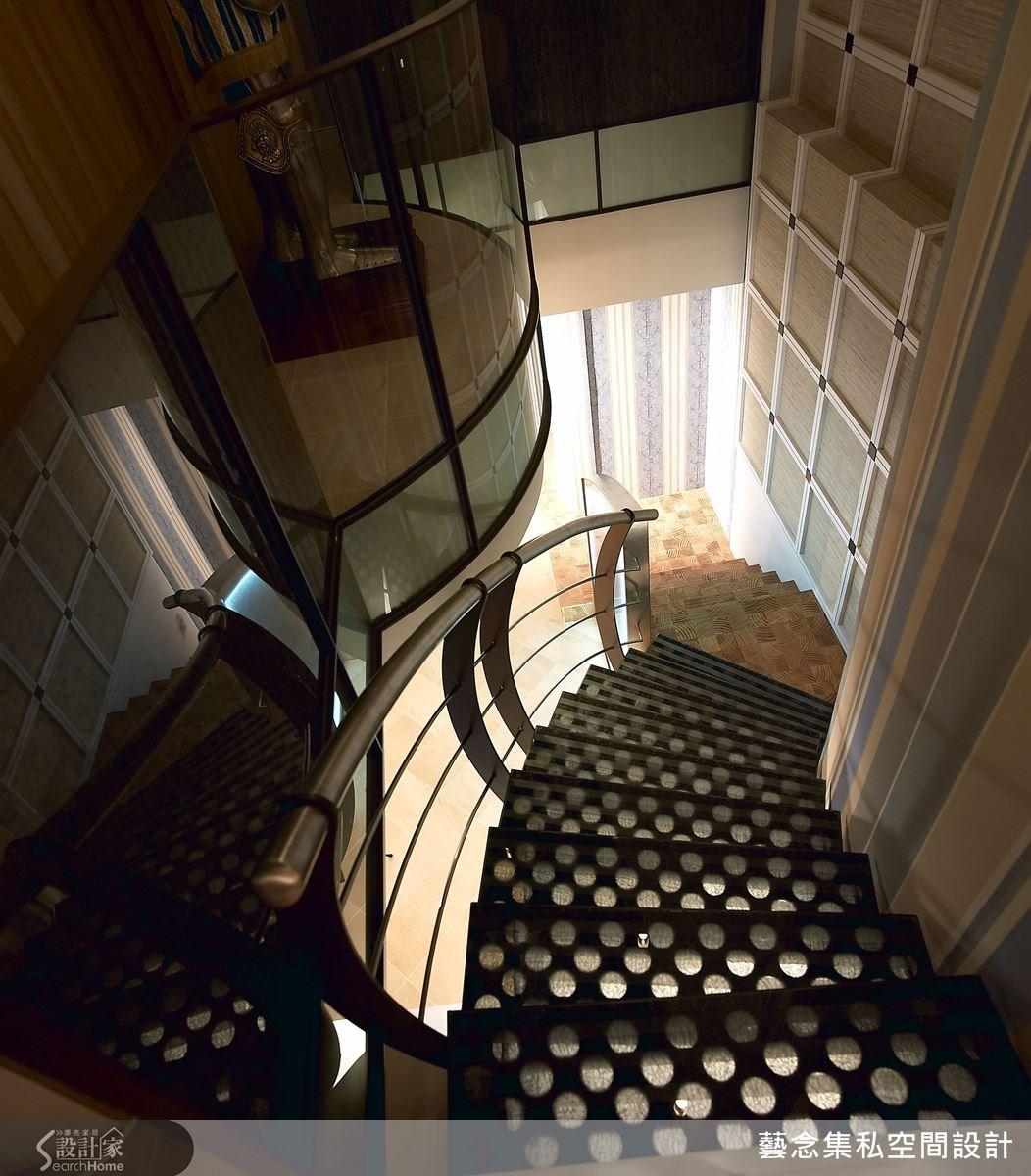 設計者善用不規則的空間條件,運用不同的材質連結樓梯界定區域,也更增添空間的藝術感。