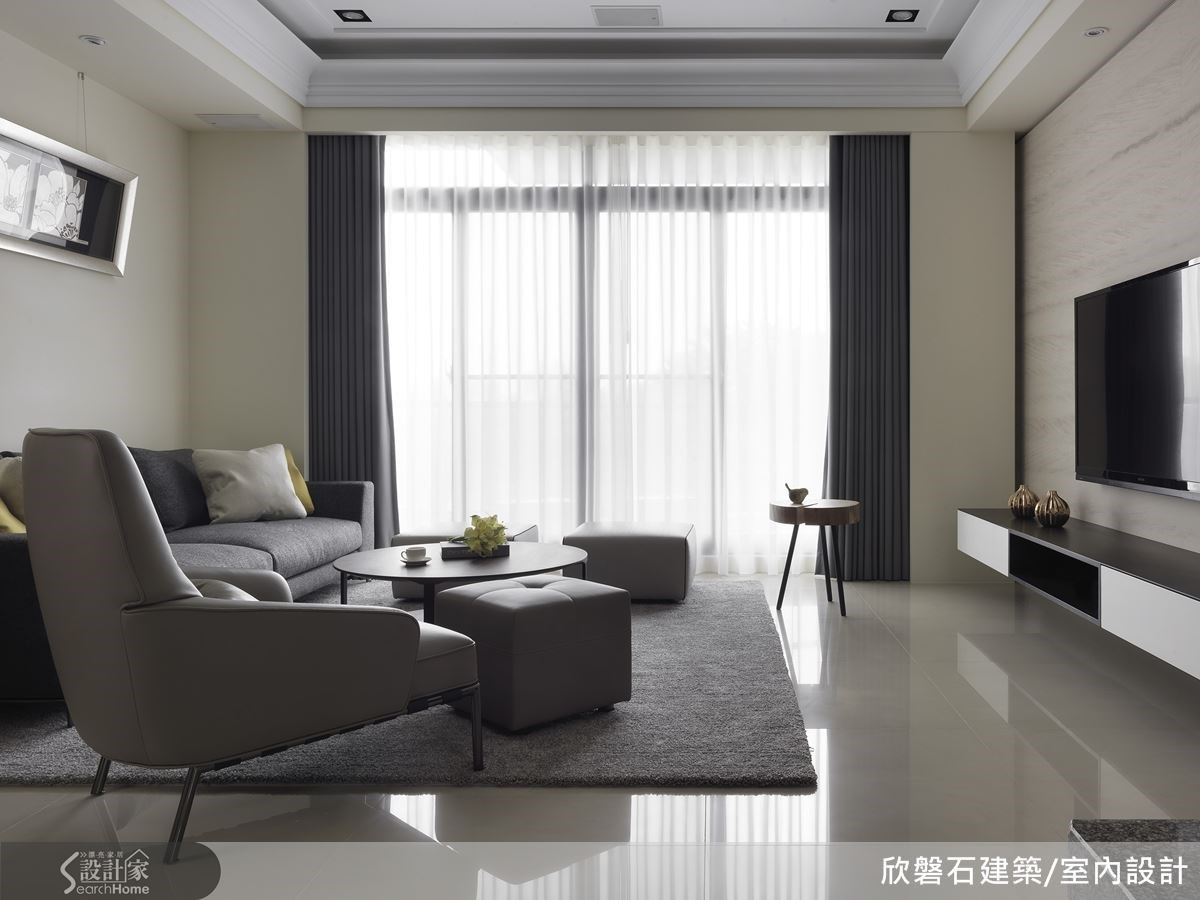 大面的落地窗設計讓整個客廳即使不開燈也十分明亮。