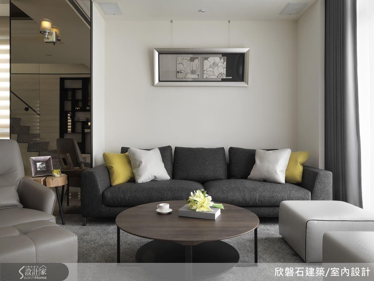 客廳背牆的側段茶鏡,拓寬整個空間的視野,達到放大的綜效。