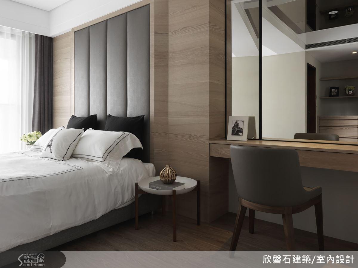 木皮與繃布和鏡面材質的搭配,主臥房的空間帶著低調的奢華感。