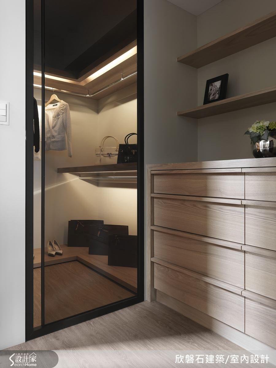 善用畸零地規劃成更衣室,再以茶玻加鐵件與燈光配置結合,木質的溫潤與現代感的巧妙融合,別緻的規劃。
