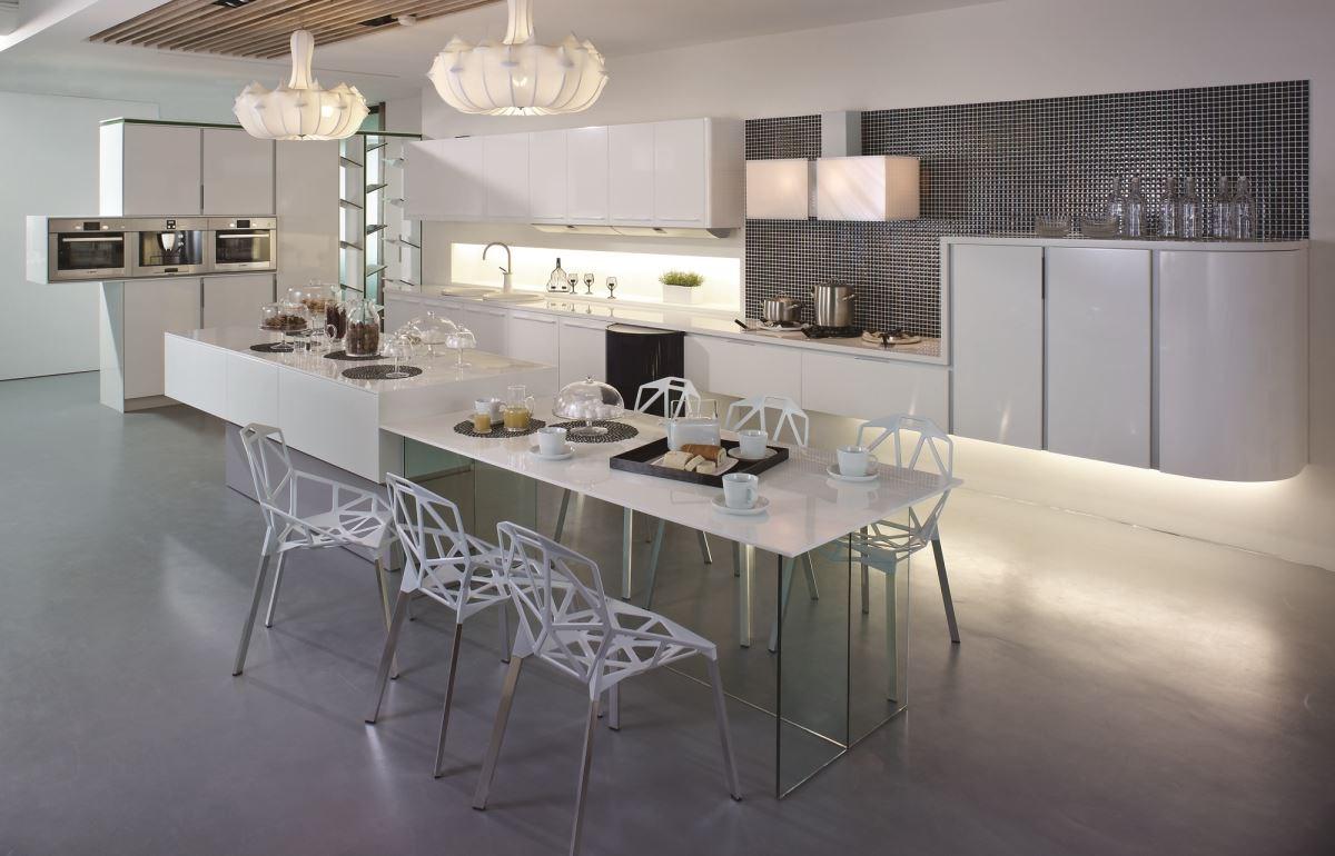 開放式廚房,結合餐桌、起居室等複合機能的廚具設計,不僅可融入空間風格,更讓使用坪效放大