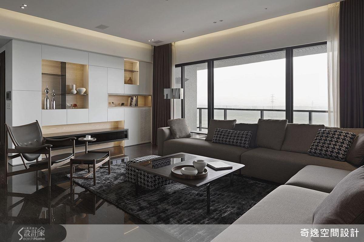 幾何造型的整面落地櫃,帶有藝術陳列櫃的美感,使客廳空間更雅致。