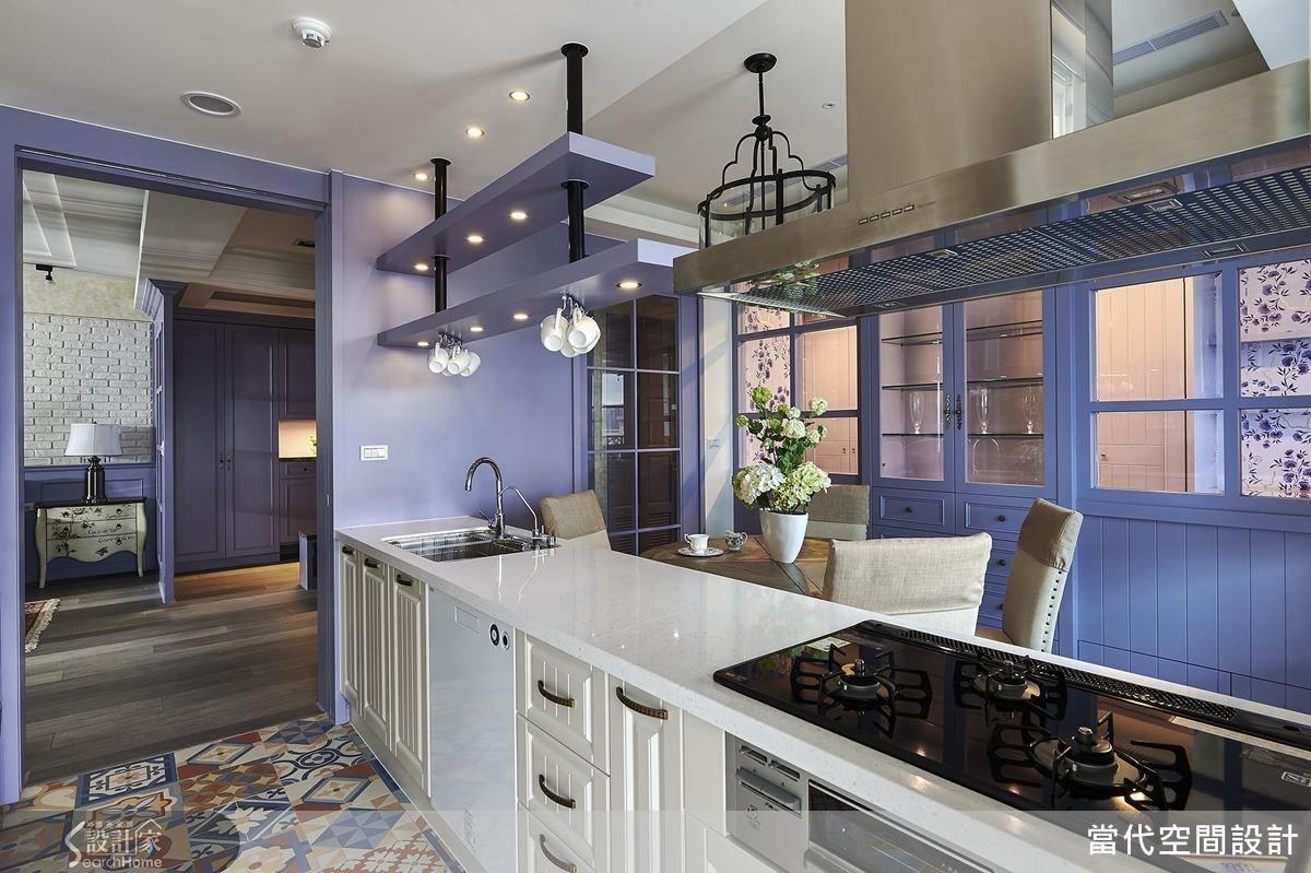 餐廚空間打掉牆面,形成開放式領域,同時配置格子拉門用以阻絕油煙;中島不僅可作為料理吧台,更可供屋主做為工作檯使用,下方收納櫃則採用淺色皮板,與洗碗機家電等做出協調的色彩搭配。