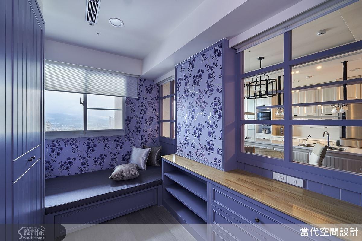 由於為單身宅,隱私問題較不必顧慮,所以採清玻璃做出公、私領域區隔,以繽紛壁紙打造更衣室牆面,形成美感牆面;而更衣室也可做為臨時客房使用,不僅在窗邊配置臥榻區,更在窗戶上做出窗簾設計,兼具隱密性。