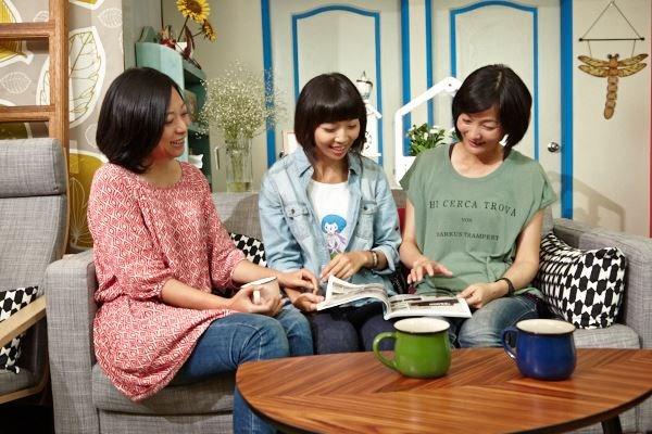 客廳換上新沙發了,讓姊妹們可窩在一起聊天、談心事,讓家人感情因此更加溫。圖片提供_IKEA