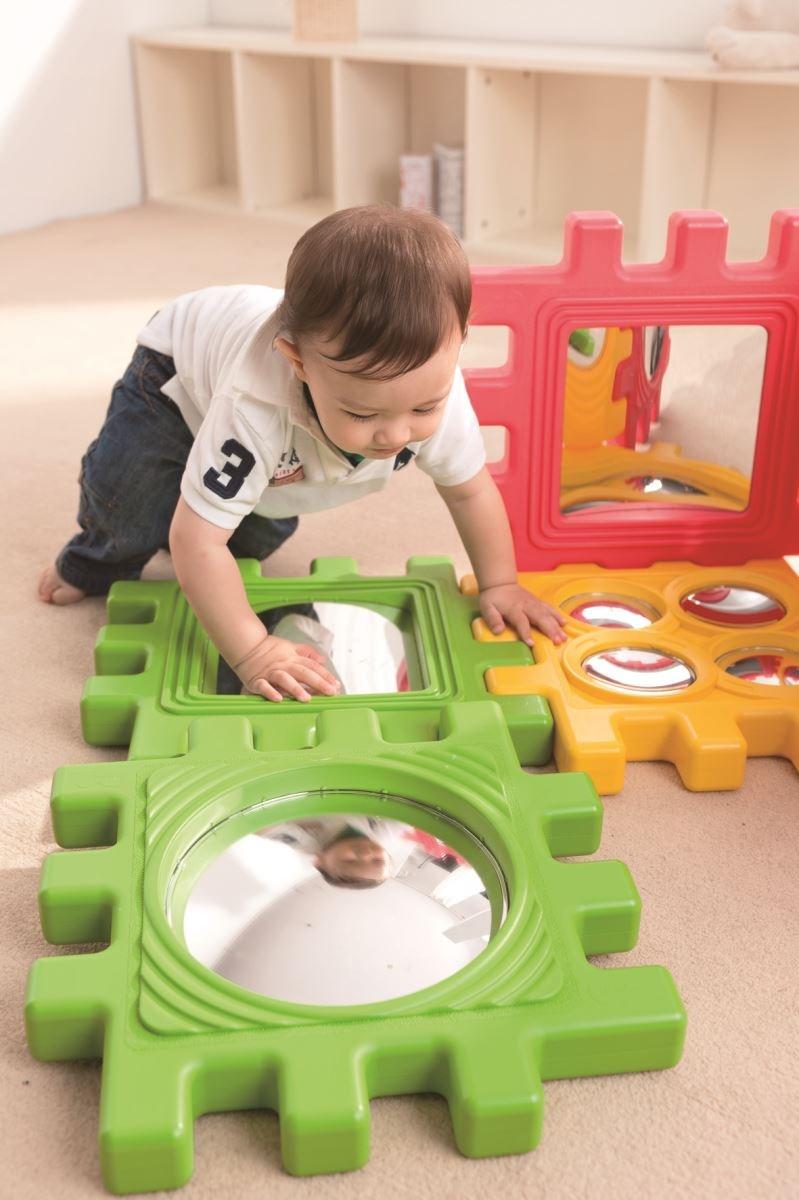 【鏡子探索積木】不同鏡面設計滿足孩子愛照鏡子、好奇探索、觀察的需求,同時提供孩子對鏡像物理概念的經驗。圖片提供_童心園