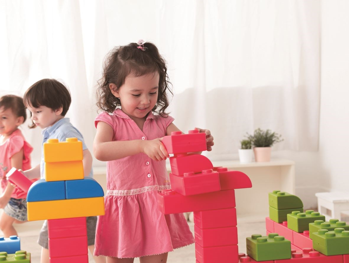 【巧巧大積木】輕巧高級軟塑料積木,讓孩童輕鬆拼搭,增進寶貝們的大小肌肉發展,同時較無傳統硬式積木的危險。圖片提供_童心園