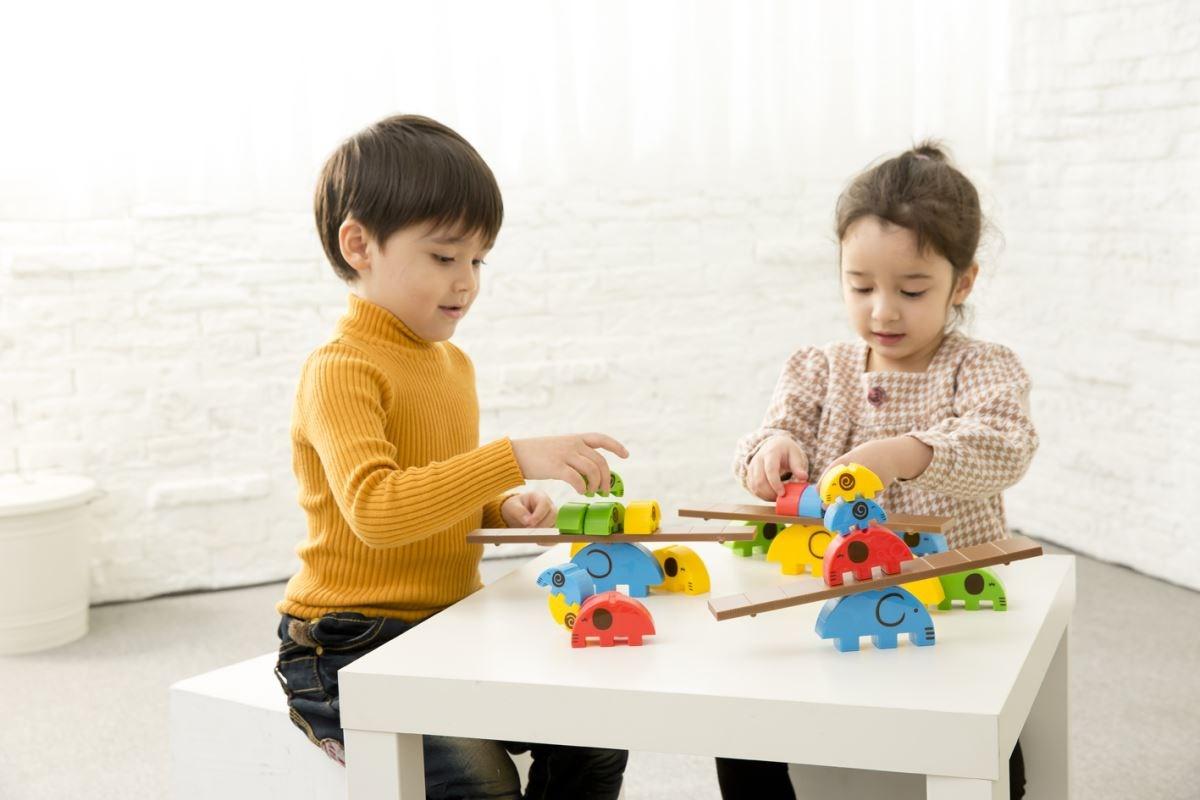 【小象馬戲團】藉由推疊遊戲培養手部穩定度,為寫前練習做準備。同時培養專注力、挫折忍受度與耐心學習的態度。圖片提供_童心園