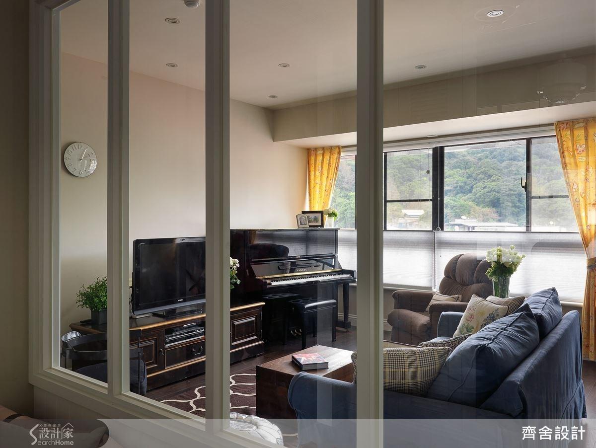 考量客廳須擺放電視櫃、鋼琴,為避免造成空間壓迫感,壁面以簡潔素雅來突顯主題。