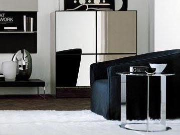 以不鏽鋼材質製作而成的沙發邊几 SCOTT,沉穩的重量,搭配鏤空設計,展現輕盈的視覺效果,加上不鏽鋼材質的反射效果,可反映周邊環境,增添視覺趣味。
