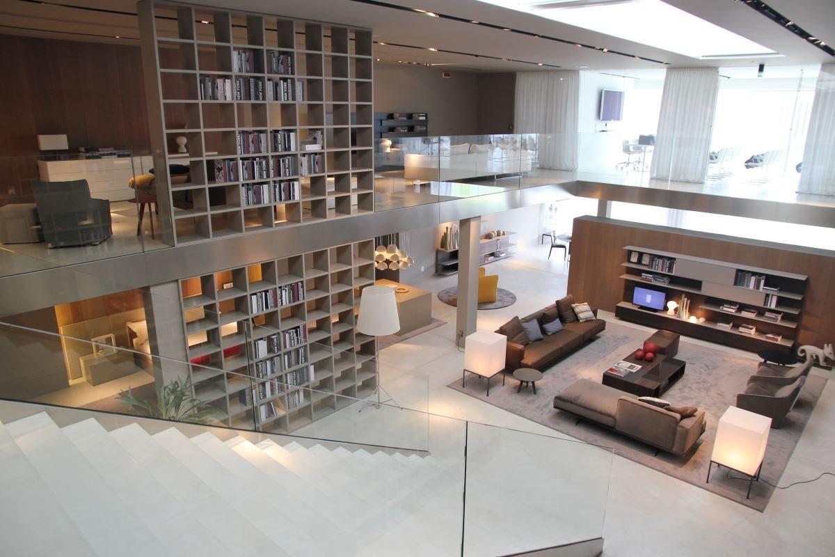 佔地廣闊,以現代極簡風格呈現的 Jesse 總部展示間。