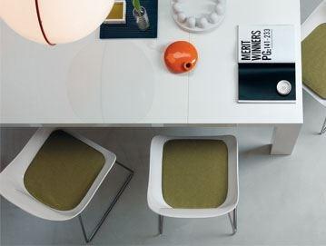 適合用於餐桌、工作桌使用的黑、白色系旋轉單椅,當使用者離座後,會回歸原位的貼心設計,機能性十足。