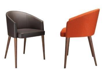 線條簡約,亮橘色布面的低背單椅 JAIA,不論用於任何風格的空間中,都能為空間增色。