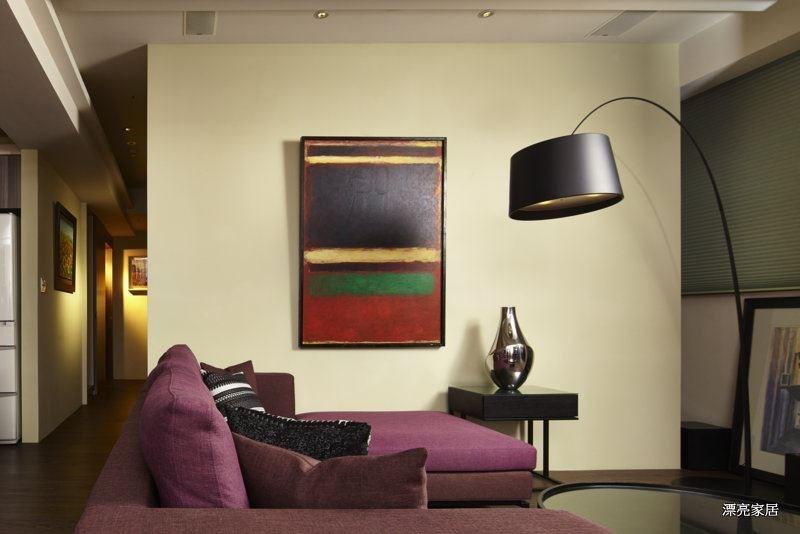 色彩高雅的空氣清淨機水性乳膠塗料,擁有奈米白竹炭過濾與除醛分解功能,有效吸附新屋宅裝修異味,讓新居完工即能入住。