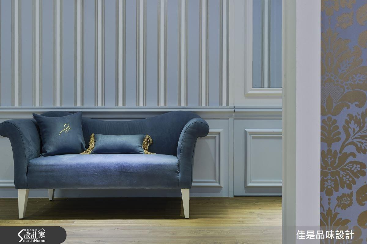 盥洗室外的廊道上安排一張雙人沙發,讓等候使用的顧客可以在此短暫歇息,充分展現設計者的體貼與細膩心思。