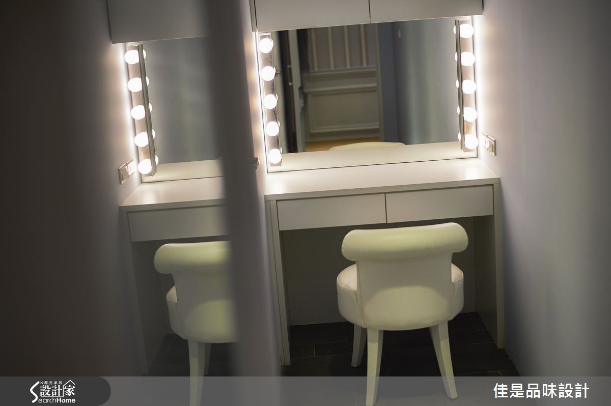 設計師特別在女用盥洗室內安排一處精緻小巧的化妝臺,兩側並運用具有 Lounge 氣氛的裝飾燈光,讓人彷彿置身好萊塢拍片現場的補妝室,營造明星般的不凡體驗。