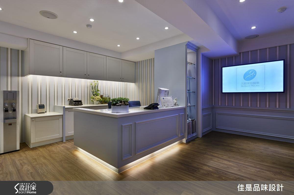 以線板元素勾勒接待櫃台造型,彰顯經典美式風格,搭配燈光層次更顯出豐富的藝術效果。