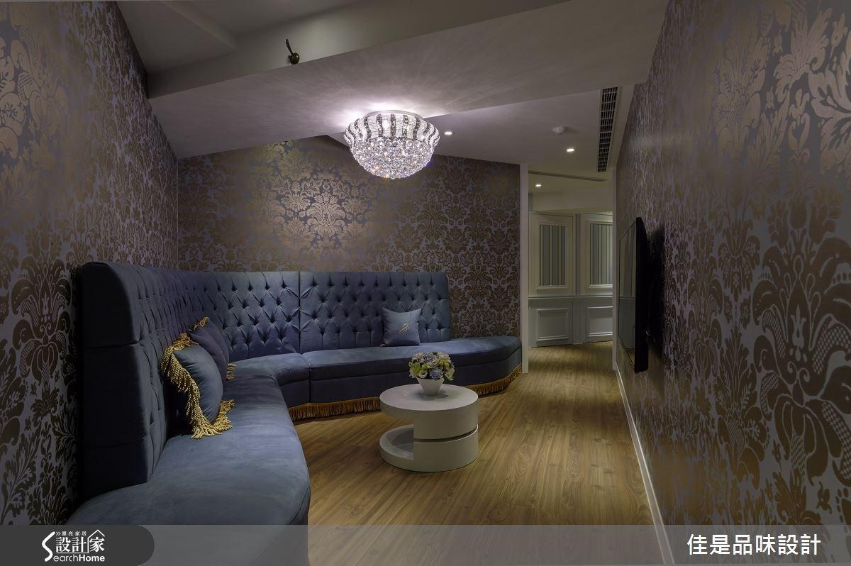 等候休憩區安排一座質感舒適的絨面沙發,加上水晶燈飾與金箔壁紙營造奢華氣氛,讓人忍不住連坐姿都變得高貴優雅。