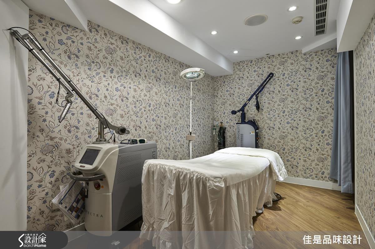 拍照區與雷射治療區設置於同一區域,並且以拉簾作為區隔,讓整個診療動線更加順暢便利,同時也更有效利用空間。