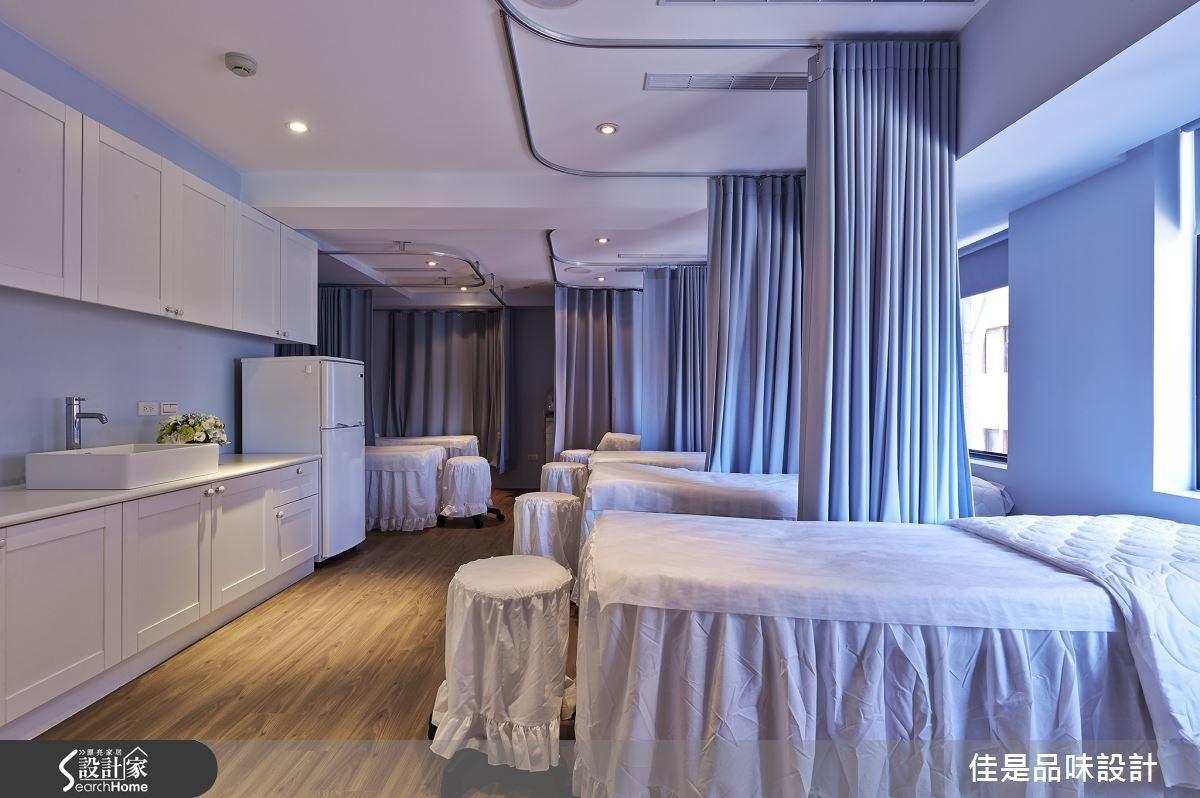 美容治療區以舒適柔和的淺紫藍調為主色,讓人能充分放鬆身心。空間中並安排了數量充足的治療床,搭配彈性拉簾設計,完美顧及所有顧客的隱私需求。