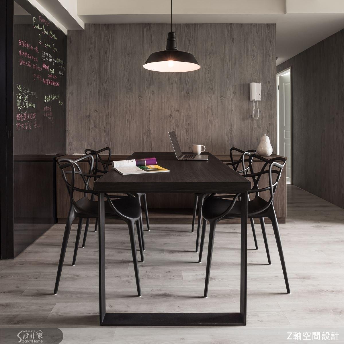 工業風的燈飾配上黑色系餐桌椅,洗鍊簡約的線條設計,讓餐廳空間顯得摩登又時髦。