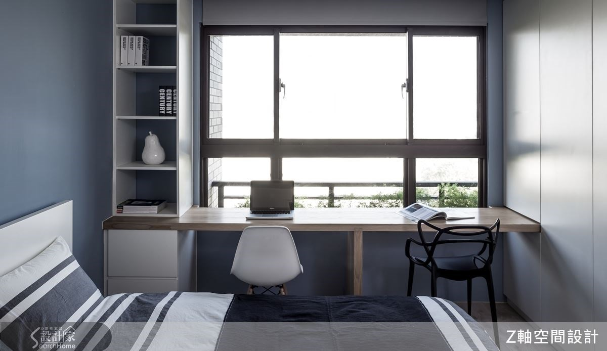 櫃體搭配上層板,善用窗邊的良好採光,讓住臥空間也能同時擁有書房的機能,讓小空間的坪數運用更加淋漓盡致。