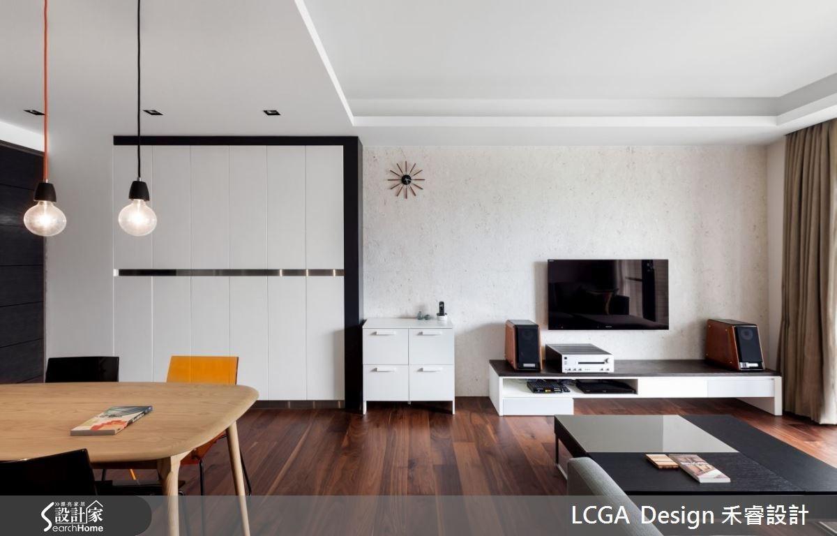 設計師為了重視質感的屋主,特別挑選擁有獨特紋理的天然石材作為電視牆。一旁的白色櫃體搭配黑色的不銹鋼材質,為空間增添幾分時尚感。