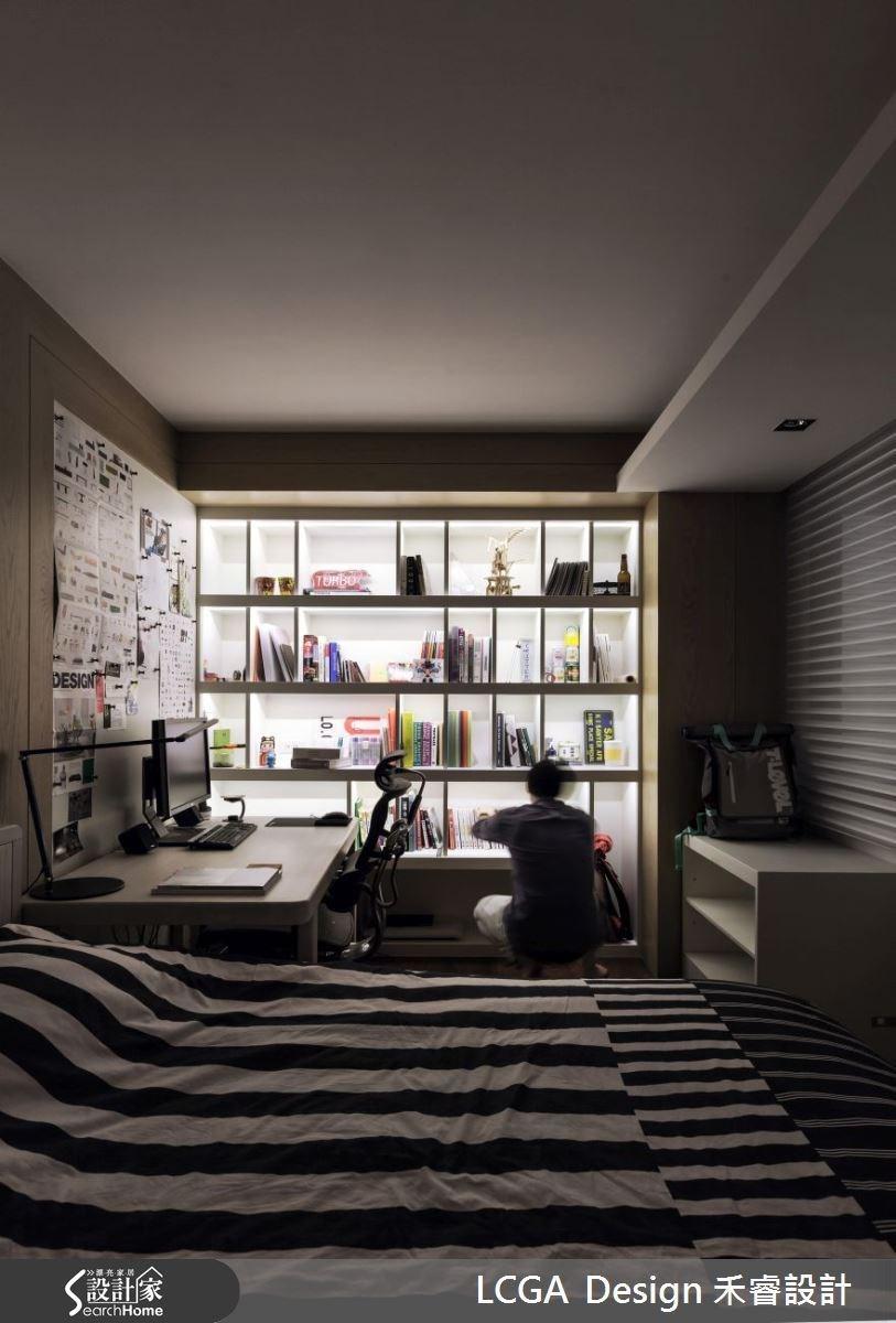 兄弟倆對於臥房的喜好,在色調上各有不同。弟弟希望能在房間裡也能工作,所以特別規劃小型的工作區域,利用木建材作為簡單的空間界定。