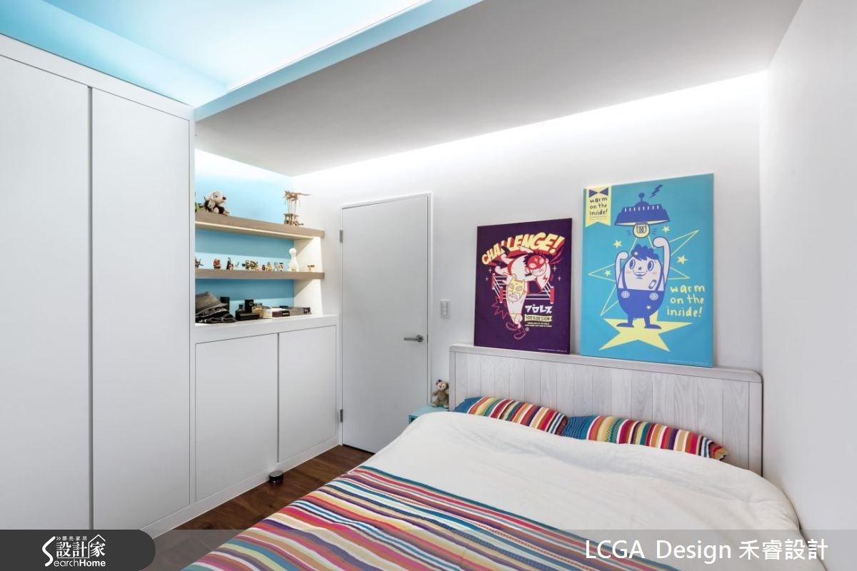 哥哥則是喜歡淺藍色的色系,並搭配溫潤的木建材,打造放鬆無壓的臥房。