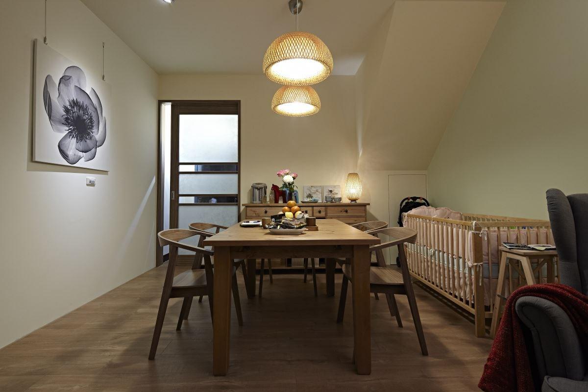 原本沒有餐桌的餐廳,換了一個可延伸式餐桌,可依使用需求調整桌子的大小,也更添空間質感。  圖片提供_IKEA
