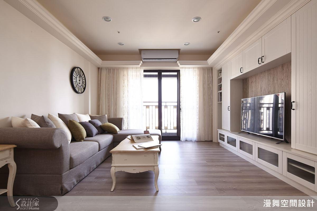 在明亮而純白的空間裡,佈置色系略作變化的沙發抱枕,再搭配有退漆效果的復古桌几,別有一番風味。