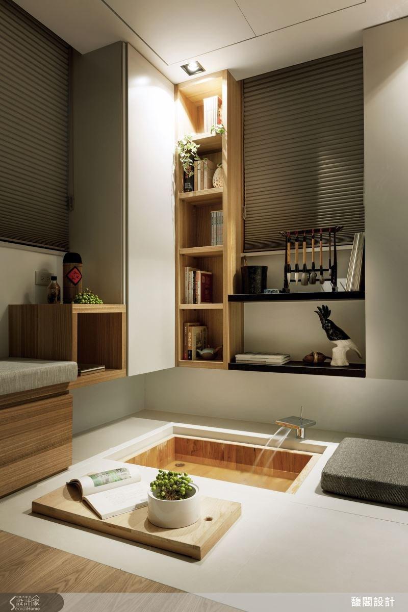 拆除衛浴空間的浴缸,將地面的內凹空間打造成休閒泡腳池,不使用時則是小桌几的收納空間。