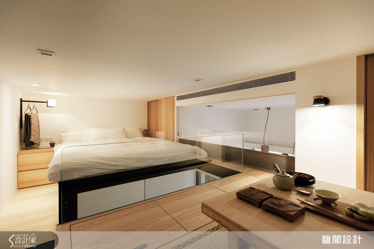 沿樓梯往上則為起居空間,以玻璃作為隔間,區分睡眠區以及泡茶區,泡茶區不使用時,則是女兒的寢臥空間。