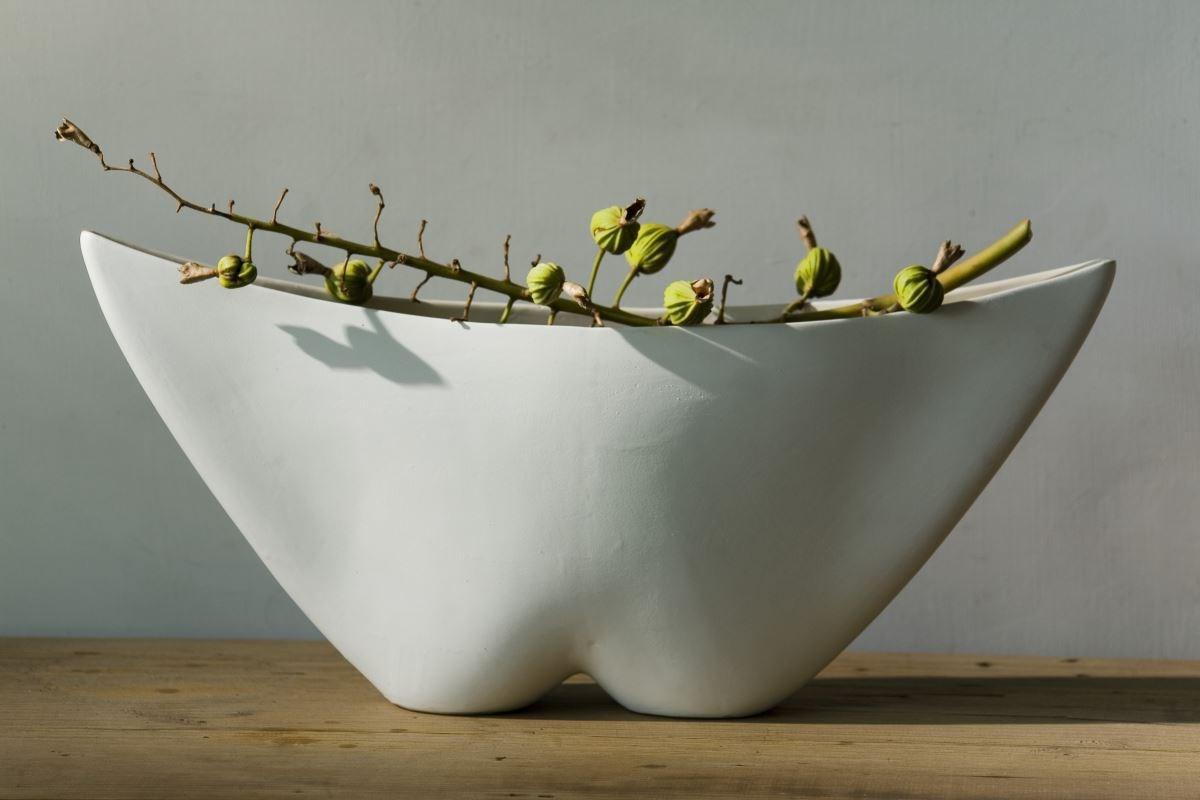 【臀型花器】藝術家藉以人體線條,幻化出的形體線型。花器造型與瓷的表面觸感,重現人類尚未脫離自然時的原始情懷。圖片提供_3,co