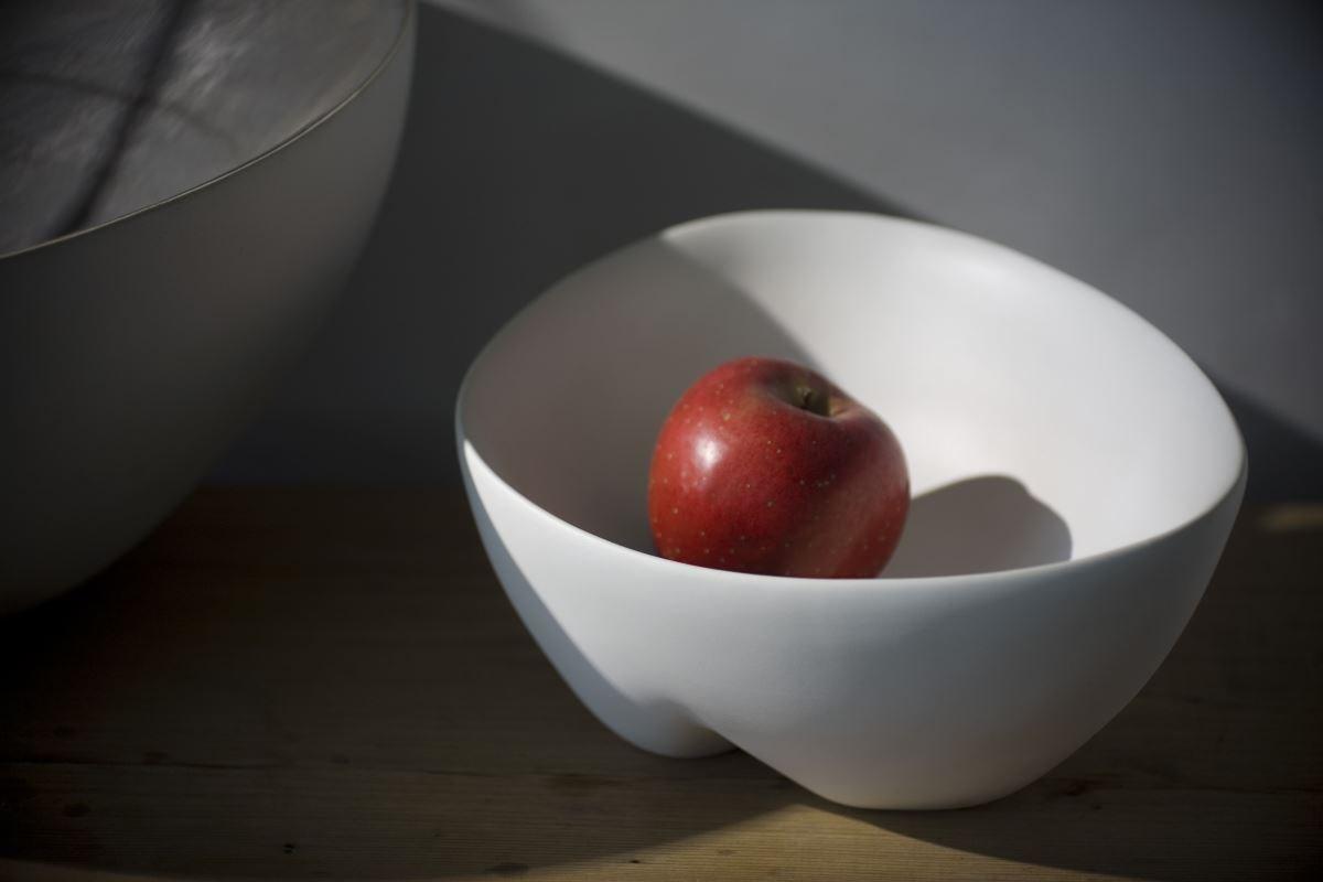 【臀型擺飾】是藝術品同是實用器皿,流動極簡造型,輕鬆變化功能特質,瓷的溫潤質感同時展現文人質感。圖片提供_3,co