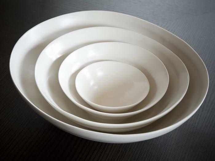 【水波系列餐具】水波系列將水的意象轉化成優美的瓷面紋理,及仿若波紋律動時的組合設計,象徵情感的媒介,在重要時刻,一同分享愉悅時光。圖片提供_3,co