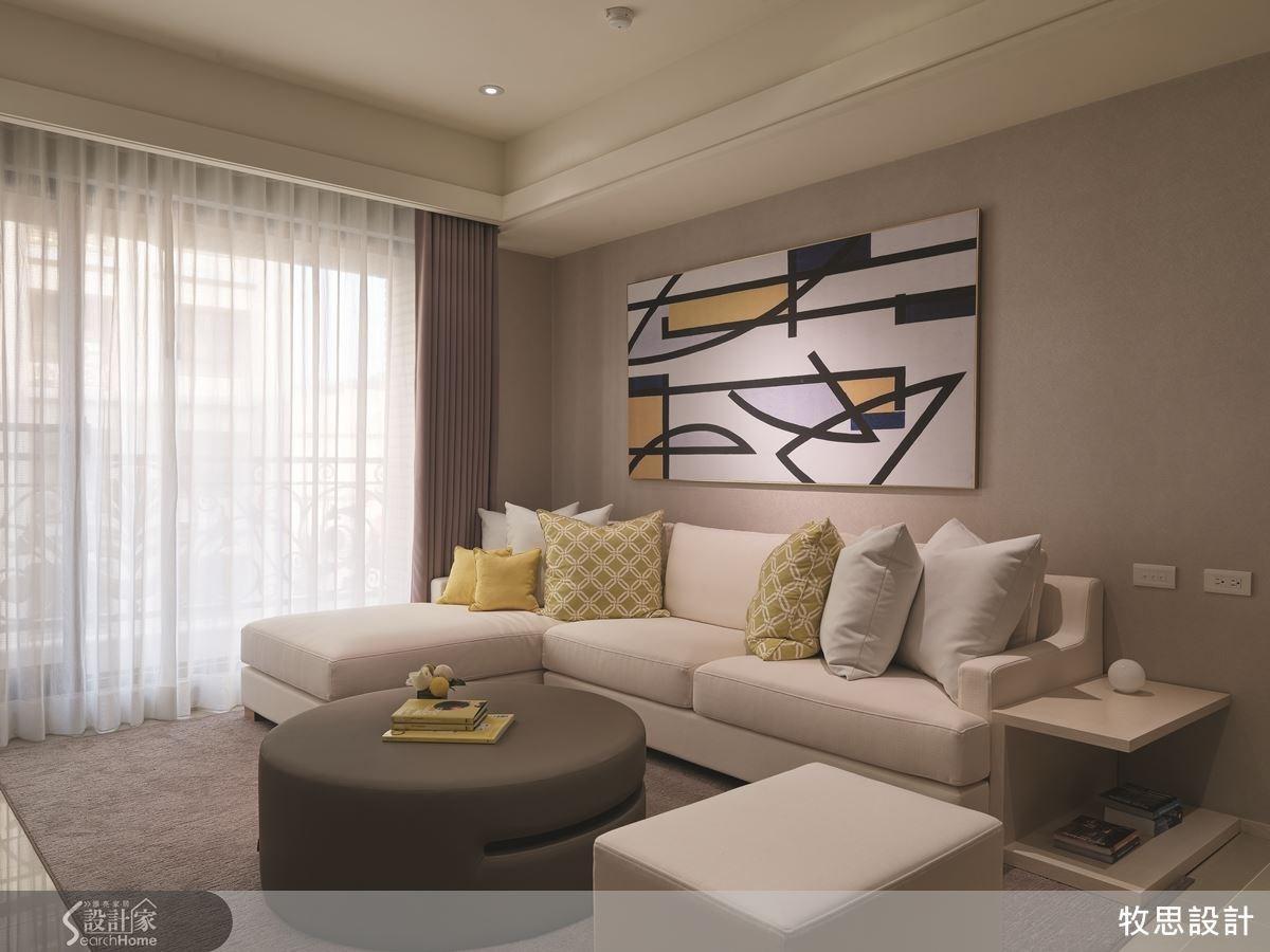 客廳內的家具、畫作均經過家飾部門設計挑選,力求整體空間物件的配色、造形達到和諧。