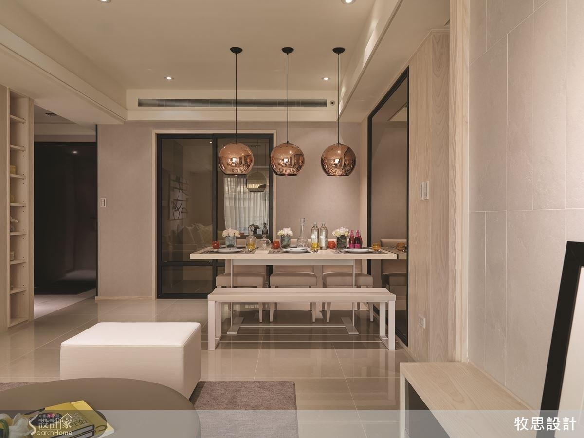 由客廳往廚房望過去,餐桌上的三個吊燈醒目又協調地成為視覺焦點,讓整體空間具有活潑的動感。