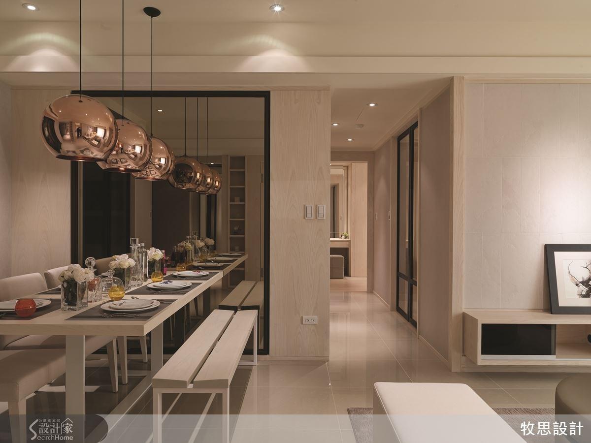 打開大門,首先看到的是客廳與餐廳兩個公領域,沿著走廊則逐漸進入房間等私領域,一旁書房的門以相同的黑色邊框延續風格。