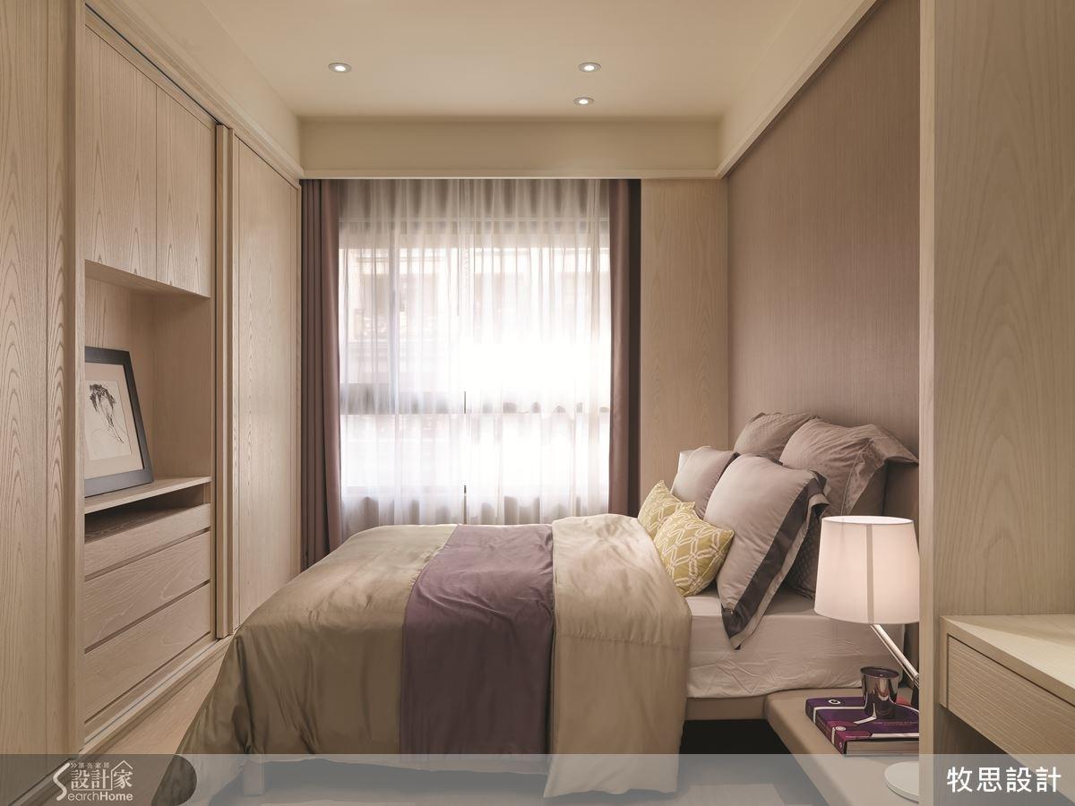 主臥房延續與客餐廳相近的清淺色調,讓全室風格簡潔統一。