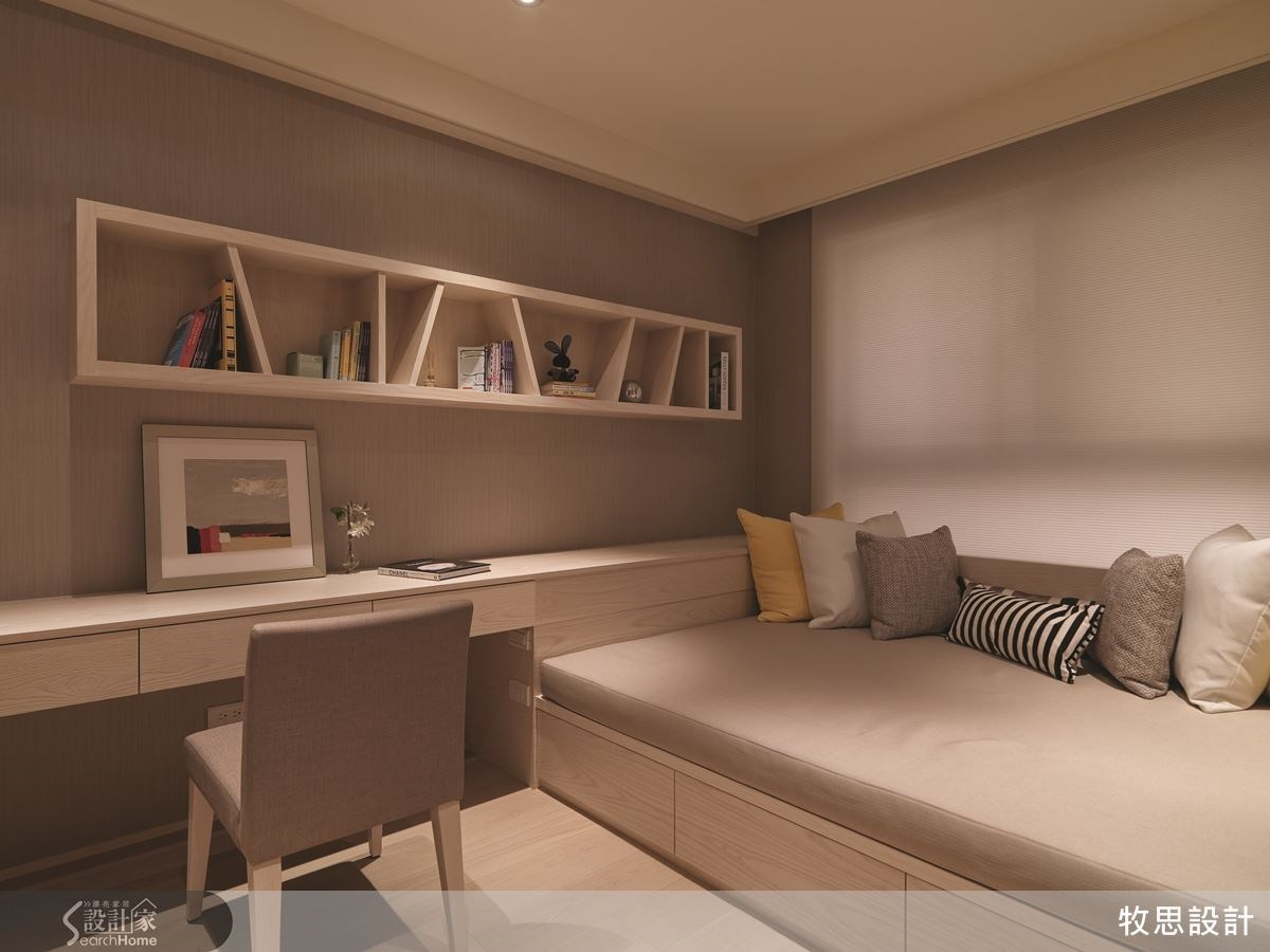 上方置物櫃的隔層特地東倒西歪,為小孩房增添活潑氣息。床架高度降低,方便孩子上下活動。